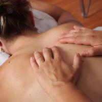 Undgå rygproblemer når du sidder på computeren: har du overvejet massage?
